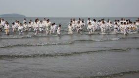 Artes marciales del karate japonés que entrenan en la playa almacen de metraje de vídeo