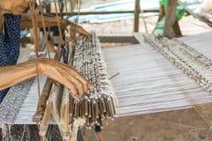 Artes que tejen la vieja tradición Los aldeanos no de Salla Esto crea la renta adicional para la gente en la comunidad del pueblo imagenes de archivo