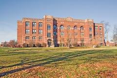 Artes y edificio de la ciencia en un campus de la universidad Foto de archivo
