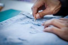 Artes y mezclilla azul de la decoración por la pintura, hilo del tirón fotografía de archivo libre de regalías