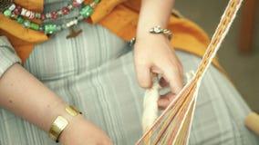 Artesanía de lana del hilado almacen de metraje de vídeo