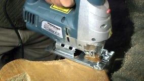Artesanía en madera con una sierra metrajes