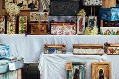 Artesanía en madera en un mercado de la parada Imágenes de archivo libres de regalías