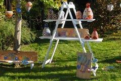 Artesanías, de cerámica, exhibidas en el parque que está situado enfrente del castillo de Strassoldo Friuli (Italia) Fotografía de archivo