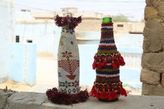 Artesanías del artesano del sindhi: cubiertas coloridas moldeadas para las botellas fotografía de archivo