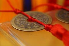 Artesanías hechas de monedas chinas antiguas foto de archivo