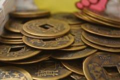 Artesanías hechas de monedas chinas antiguas fotografía de archivo