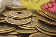 Artesanías hechas de monedas chinas antiguas imágenes de archivo libres de regalías