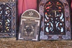 Artesanatos árabes, espelhos com quadros de madeira mão-cinzelados com Imagem de Stock Royalty Free
