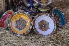 Artesanatos árabes, espelhos com quadros de madeira mão-cinzelados com Foto de Stock
