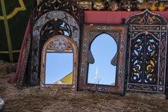 Artesanatos árabes, espelhos com quadros de madeira mão-cinzelados com Fotografia de Stock