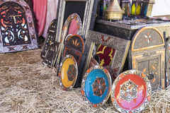 Artesanatos árabes, espelhos com quadros de madeira mão-cinzelados com Imagem de Stock