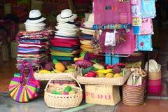 Artesanatos coloridos em um mercado do Inca, Lima Imagens de Stock