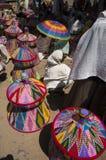 Artesanatos coloridos em um mercado, Etiópia Fotos de Stock Royalty Free