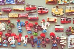 Artesanatos coloridos Lisboa Portugal das lembranças dos ímãs dos azulejos Fotografia de Stock