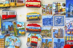 Artesanatos coloridos Lisboa Portugal das lembranças dos azulejos Imagens de Stock Royalty Free