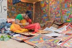 Artesanatos coloridos que estão sendo preparados para a venda na vila de Pingla pelo trabalhador de mulher rural indiano Fotografia de Stock