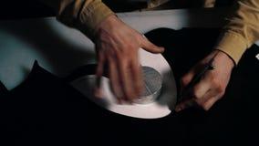 Artesano de cuero que corta el cuero en la tabla en el taller almacen de metraje de vídeo