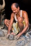 Artesano de la arcilla que crea ídolos Foto de archivo libre de regalías