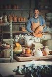 Artesano en taller de cerámica Imagen de archivo