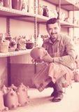 Artesano en taller de cerámica Foto de archivo libre de regalías