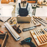 Artesano Handicraft Wooden del carpintero en el taller fotografía de archivo