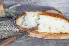 Artesano hecho a mano, panes hogar-cocidos del pan blanco en la levadura, Fotos de archivo