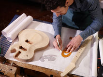 Artesano italiano que trabaja en taller del lutemaker Fotografía de archivo libre de regalías
