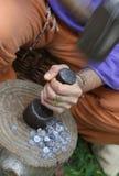 Artesano medieval mientras que monedas de las monedas de la ventaja con el martillo y la PU Fotos de archivo