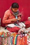 Artesano que crea la joyería moldeada Imágenes de archivo libres de regalías