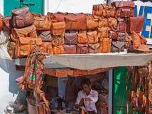 Artesano que hace bueno de cuero para la venta en Udaipur, la India Imagen de archivo libre de regalías