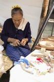 Artesano que hace el juguete tailandés de madera tradicional del coche Fotos de archivo libres de regalías