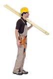Artesano que lleva a dos tableros de madera Foto de archivo