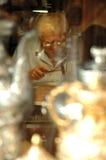 Artesano que se ocupa vanamente un plato de cobre en Mostar Foto de archivo libre de regalías