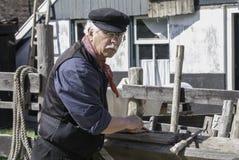 Artesano que trabaja en el museo de Zuiderzee en Enkhuizen imagen de archivo