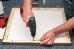 Artesano que trabaja en marco en tienda del marco Mano profesional del fundador que lleva a cabo ángulo del marco Visión superior Imagenes de archivo