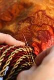 Artesano que trabaja en una cortina Foto de archivo libre de regalías