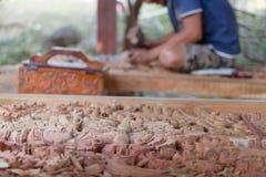 Artesano tradicional que talla la imagen de madera de Buda fotografía de archivo libre de regalías