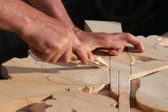 Artesano tradicional que talla la madera Foto de archivo