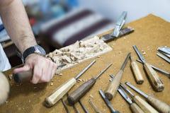 Artesano tradicional que talla la madera con motivos florales Imagen de archivo