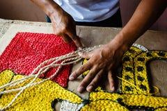 Artesão que faz um tapete da tapeçaria da corda Imagem de Stock