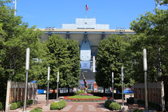 Arthur Ashe Stadium in Billie Jean King National Tennis Center klaar voor US Opentoernooien Stock Afbeeldingen