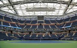 Arthur Ashe Stadium con el tejado retractable acabado en Billie Jean King National Tennis Center lista para el US Open 2017 imagen de archivo libre de regalías