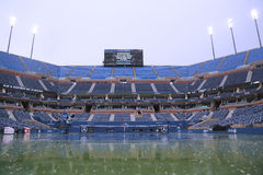 Arthur Ashe Stadium durante retraso de la lluvia en el US Open 2014 en Billie Jean King National Tennis Center Foto de archivo libre de regalías