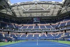 Arthur Ashe Stadium med det färdiga infällbara taket på Billie Jean King National Tennis Center som är klar för US Open 2017 royaltyfri bild
