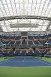 Arthur Ashe Stadium met gebeëindigd intrekbaar dak in Billie Jean King National Tennis Center klaar voor US Open 2017 royalty-vrije stock foto