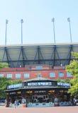 Arthur Ashe Stadium på Billie Jean King National Tennis Center som är klar för US Openturnering Arkivbild