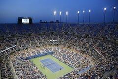 Arthur Ashe stadium podczas us open nocy 2014 dopasowania przy Billie Cajgowego królewiątka tenisa Krajowym centrum obrazy royalty free