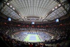 Arthur Ashe stadium przy Billie Cajgowego królewiątka tenisa Krajowym centrum podczas nocy sesi us open 2017 obrazy stock