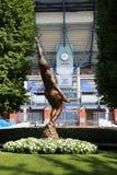 Arthur Ashe statua przed Arthur Ashe stadium przy Billie Cajgowego królewiątka tenisa Krajowym centrum fotografia stock